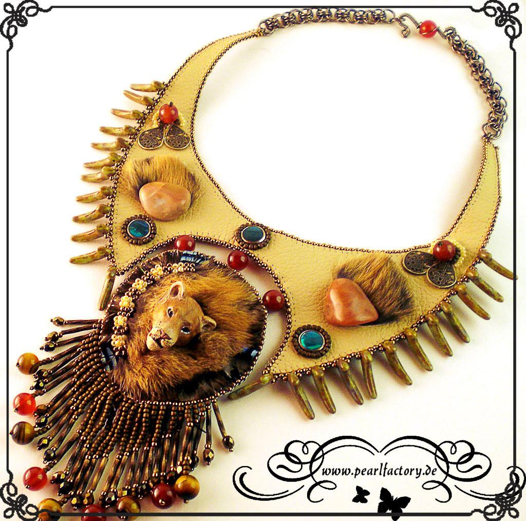collier-halskette-bead_embroidery-beadembroidery-lederkette-pearlfactory-savannah-1