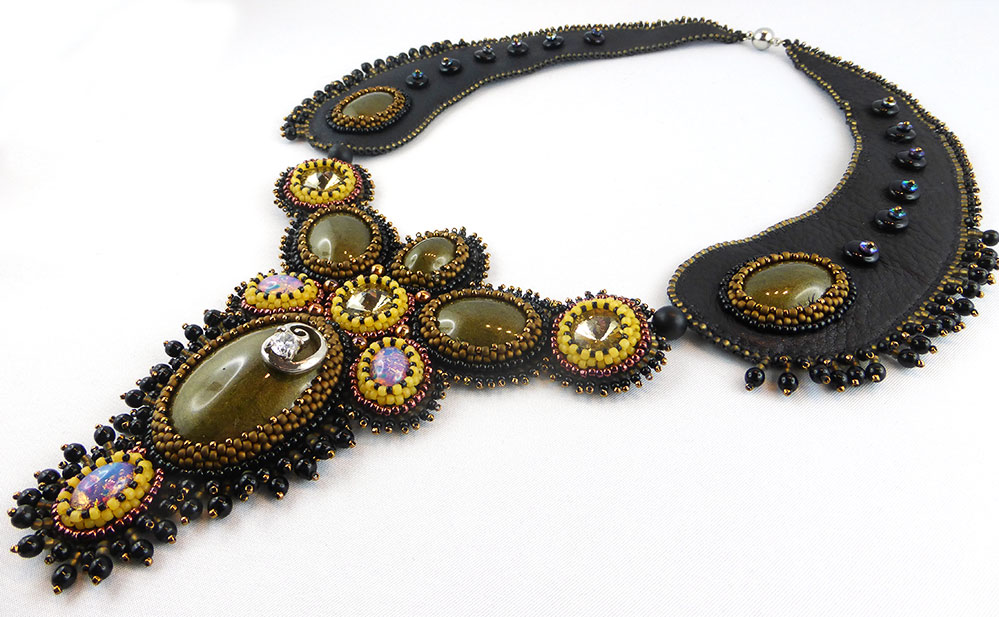 collier-halskette-lederkette-bead-embroidery-beadembroidery-victoria-1